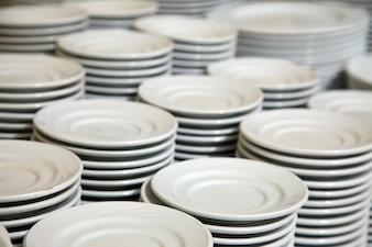 De nombreuses assiettes empilées ensemble