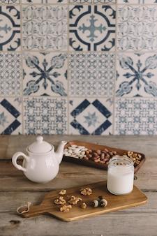 Décor vintage de thé et de noisette