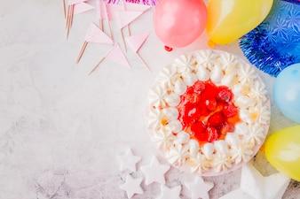 Décoration d'anniversaire autour du gâteau