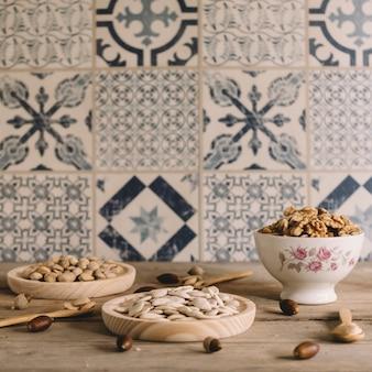 Décoration de noix sur des assiettes en bois