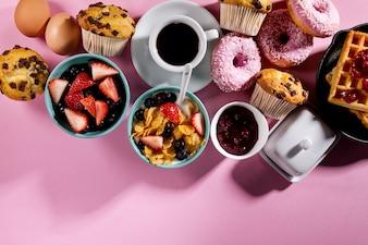 Des ingrédients alimentaires délicieux au petit-déjeuner frais sur fond blanc rose. Prêt à cuisiner. Concept de cuisson en nourriture saine à la maison.