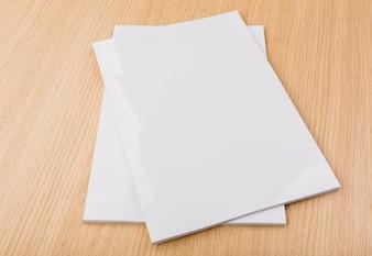 Des morceaux de papier sur le bureau