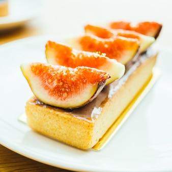 Dessert doux avec tarte et figue sur le dessus