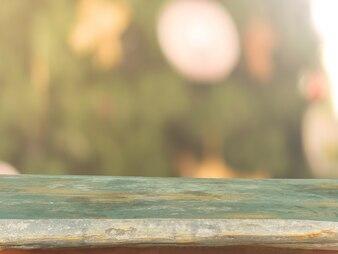 Dessus de table en bois sur flou Fond d'arbre de Noël - peut être utilisé pour le montage ou afficher vos produits