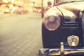 Détail de la lampe phare voiture classique garée en milieu urbain - style effet filtre vintage