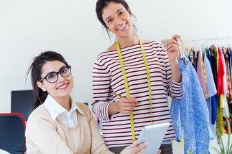Deux designers de vêtements à studio