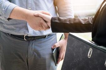 Deux hommes d'affaires confiants se serrant la main lors d'une réunion au bureau, de la réussite, du traitement, de la salutation et du concept de partenaire.