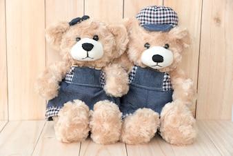 Deux ours en peluche sur fond de bois