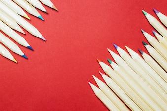Deux piles de crayons de couleur