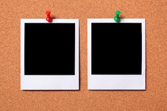 Deux tirages photo polaroid sur un avis liège