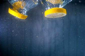 Deux tranches de citron dans l'eau