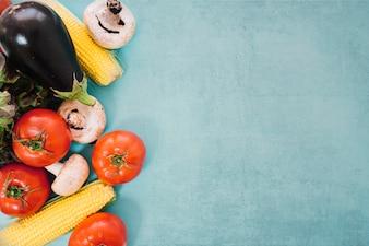 Différents légumes et espace sur le côté droit