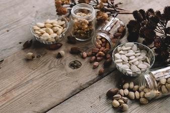 Différents types de noix sur la surface en bois