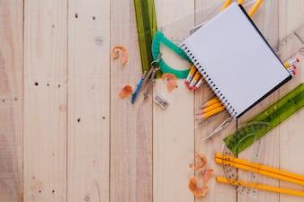 Disposition créative des fournitures scolaires