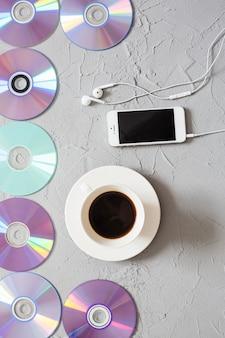 Disques, café et smartphone