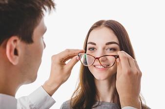 Docteur mettant des lunettes sur femme