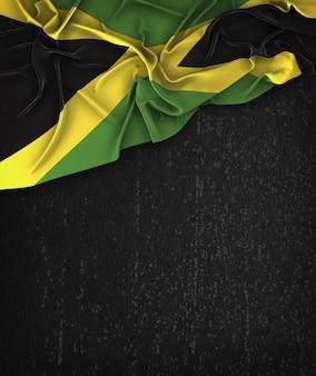 Drapeau de la Jamaïque Vintage sur un tableau blanc grunge avec un espace pour le texte