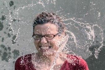 éclaboussures d'eau sur le visage