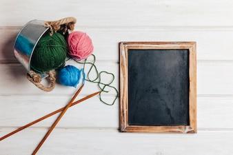 Eléments à tricoter à côté de l'ardoise