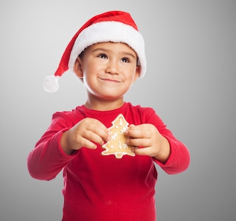 Enfant avec un arbre à biscuits