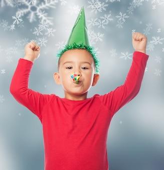 Enfant avec un chapeau de fête avec la neige fond