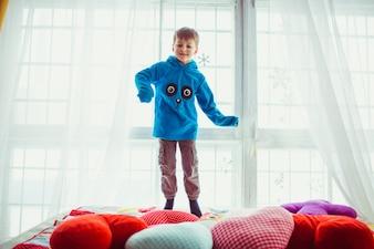 Enfant avec un sweat-shirt bleu