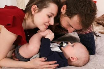Enfant noël personnes de la famille souriant