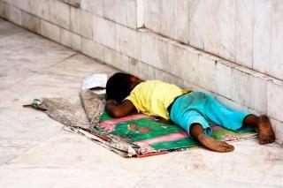 Enfant par la route