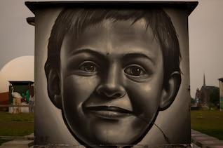 Enfant peint dans le mur