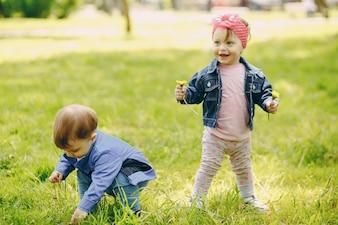 Enfants dans un parc