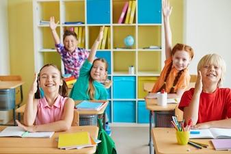 enfants drôles dans une salle de classe