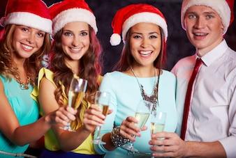 Ensemble célébration de la nouvelle boisson cap de l'an