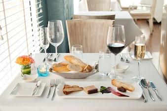 Ensemble de dîner sur table blanche, Ensemble complet luxueux de diner français