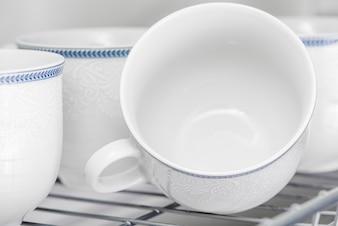 Ensemble de tasses blanches propres sur l'étagère