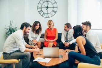 Enthousiaste travailleurs regardant l'ordinateur portable