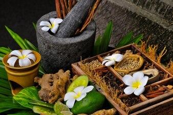 Épices et fleurs dans une boîte en bois