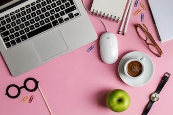 Espace de travail Business Freelance Concept Vue de dessus au-dessus de Flat Lay Laptop. Fond rose.