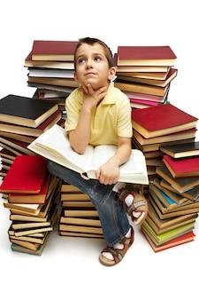 essayer étudiant de trouver de nouvelles idées pour le travail scolaire