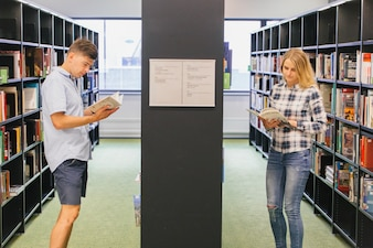 Étudiants adolescents à la bibliothèque