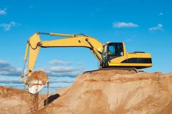 Excavatrice sur un terrain en construction