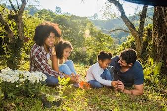 Famille assise dans l'herbe