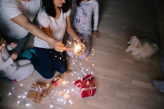 Famille et chien aux lumières étincelantes