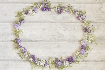 Fantastique cadre floral sur la surface en bois
