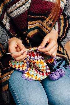 Femme à tricoter