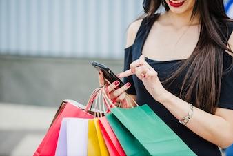 Femme, achats, sacs, tenue, smartphone