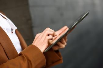 Femme affaires, tablette, informatique, debout, dehors, bureau