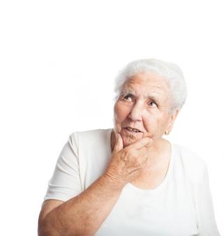 Femme âgée Réfléchi avec la main sur le visage