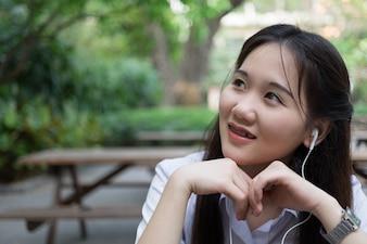 Femme asiatique écouter de la musique