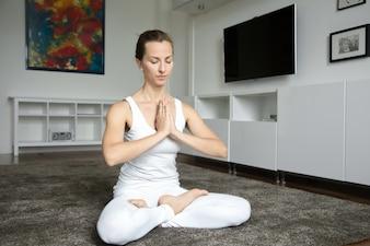 Femme assise à l'exercice Lotus