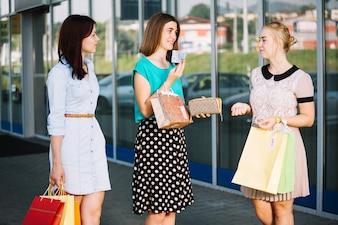 Femme avec de l'argent sur le shopping